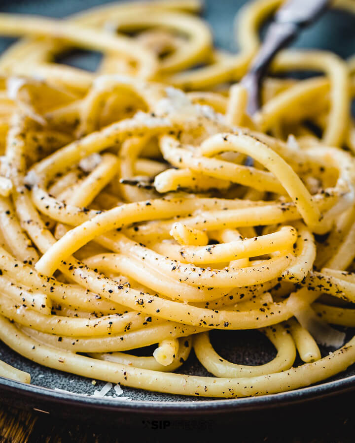 Bucatini cacio e pepe in plate.