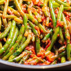 Green beans with tomato sauce featured image.