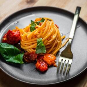 Roasted cherry tomato and garlic pasta recipe featured image.